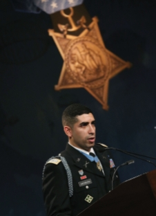 Groberg_At.MOH.Ceremony_GettyImages.496992218_master